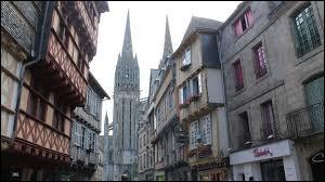 Dans quel département de Bretagne se situe la ville de Quimper ?