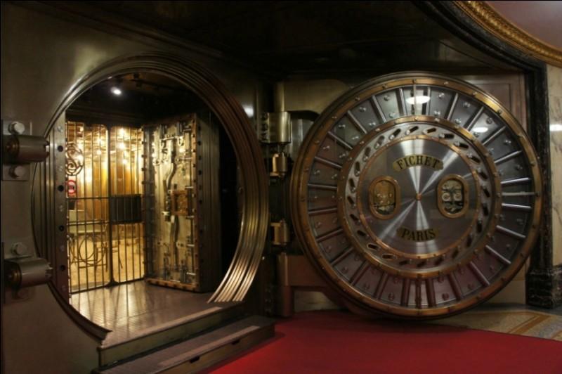 Dans cette pièce ultra-sécurisée, nous pouvons stocker tous nos objets de valeur (montres, bijoux...) mais aussi de l'argent, quelle que soit la somme. C'est...