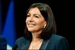 Elle est maire de Paris lors de l'incendie de sa plus célèbre cathédrale...