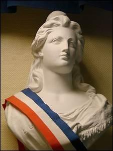 Coiffée d'un bonnet phrygien, elle représente la République française...
