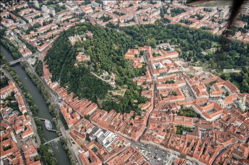 Ville autrichienne, la deuxième du pays, capitale de la province de Styrie :