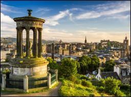 Si j'ai envie de voir un match de rugby au stade de Murrayfield je dois me rendre dans la capitale de l'Écosse qui est...