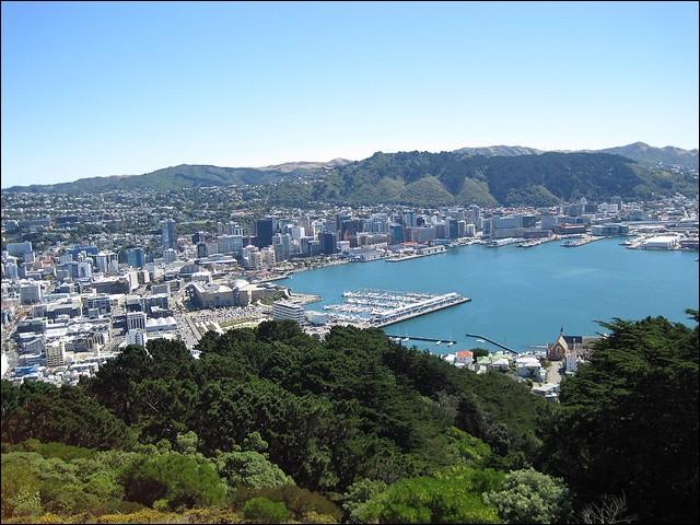 Cette capitale d'un pays de rugby est la plus au sud du globe.