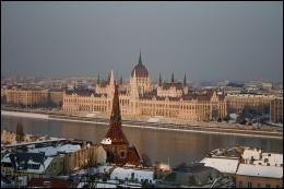 Cette grande ville européenne, arrosée par le Danube, est la capitale du peuple Magyar.