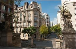 Cette capitale, avec son aire urbaine, est la plus peuplée du continent sud-américain.