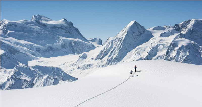 Sur combien de kilomètres s'étend le massif de l'Himalaya ?