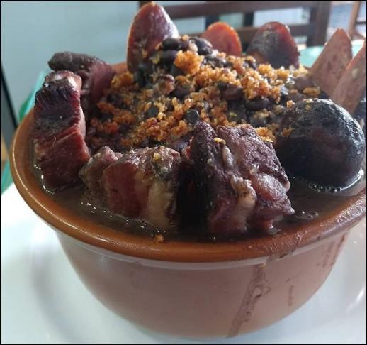 """Ce plat de """"feijoada"""" m'a l'air particulièrement riche en viandes variées : je doute qu'il s'en trouve autant dans les favelas et les """"cortiços"""" de ..."""