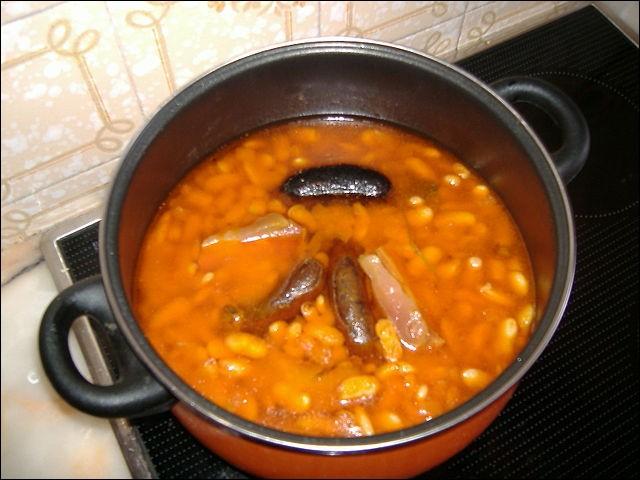 """La """"fabada asturiana"""" - proche de notre cassoulet - contient néanmoins des ingrédients locaux tels que le chorizo et la """"morcilla"""" : celle-ci est une sorte de boudin noir..."""