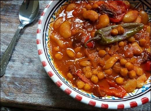 Les Marocains le revendique, tout comme les Tunisiens... Pendant qu'ils s'entêtent, les Algériens le mange ! Comment appelle-t-on ce plat qui peut être hautement épicé ?