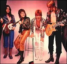 Comment s'appelait le groupe formé au côté de David composé de Mick Ronson, Trevor Bolder et Woody Woodmansey ?