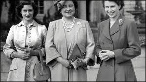 Le mois suivant, Elisabeth II perdit sa mère. À quel âge Elisabeth Bowes-Lyon, veuve de George VI, décéda-t-elle ?