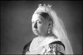 Depuis le 9 novembre 2015 la reine Elisabeth est le monarque ayant régné le plus longtemps en Angleterre. Combien de temps avait régné la reine Victoria ?