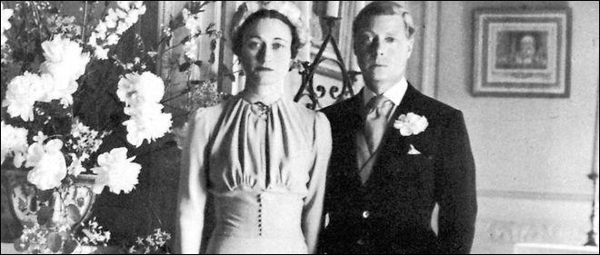 L'enfance d'Elisabeth bascula lorsque son oncle, Edouard VIII abdiqua pour épouser Wallis Simpson. En quelle année devint-elle de facto héritière présomptive ?