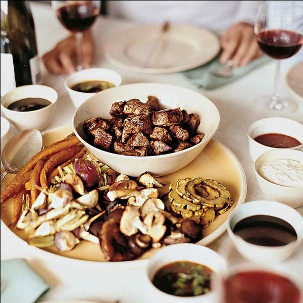 La fondue bourguignonne est un plat de fromage fondu au vin blanc servi dans un caquelon.