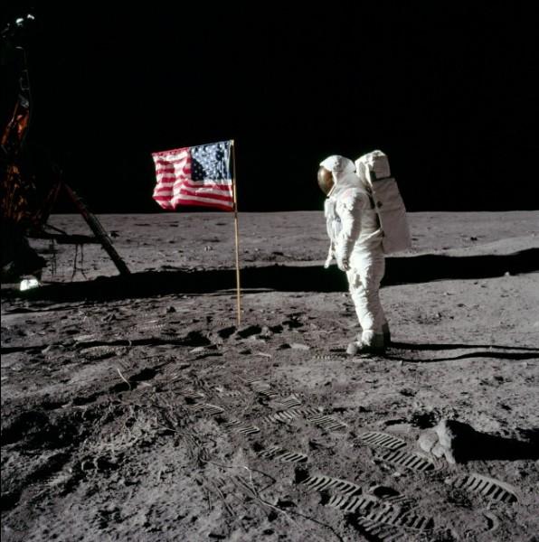 La mission Apollo XI a changé l'histoire de l'humanité,1969 : il y eut le 1er homme à avoir marché sur la lune. C'était un ancien pilote de la guerre de Corée, ensuite pilote d'essai et enfin astronaute. En 1966, à bord de Gemini 8, il réalise le premier amarrage de deux engins spatiaux : premier rendez-vous réussi.Quel est le nom célèbre de celui qui a marché en 1er sur la lune ?