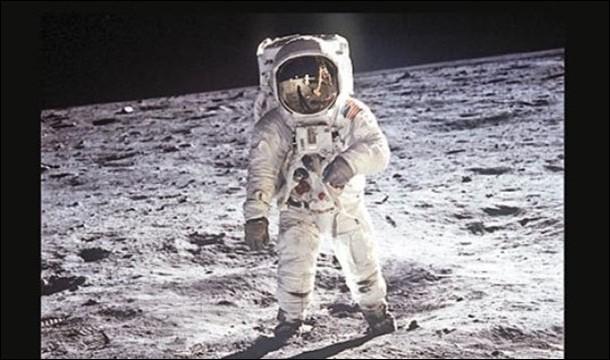 De cet équipage provient également le deuxième homme à avoir marché sur la Lune et y avoir été près de 2 heures trente en devenant, avec Amstrong, les premiers humains à explorer la surface d'un autre monde. Dernier membre d'Apollo XI, celui qui est demeuré en orbite sur la lune pour les récupérer, le pilote : vous devez donc trouver leurs noms :