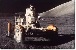 Trouvez les 2 premiers humains à rouler le rover lunaire, qu'on a inséré dans le module lunaire Falcon : ils ont parcouru 28 km sur la surface lunaire.Nommez le commandant de la mission Apollo XV, qui est aussi le premier «automobiliste lunaire» et son coéquipier, le pilote du module lunaire qui contenait le véhicule.