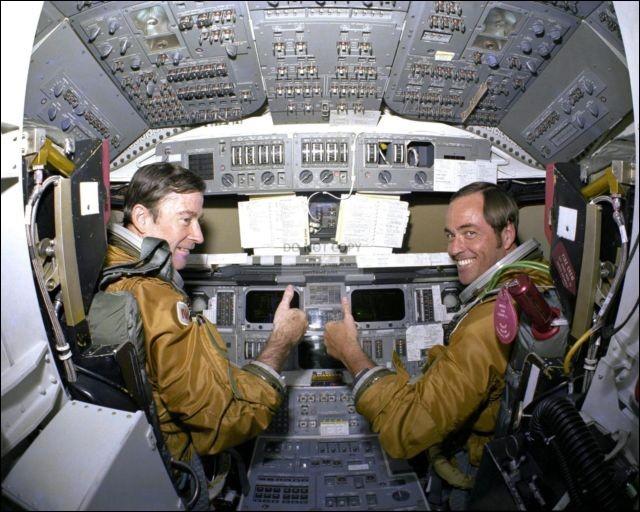 La mission du Space Shuttle Columbia, la STS-1 est le 1er vol d'une navette spatiale. Imaginez l'exploit : à la rentrée, les pilotes ont déclaré avoir eu l'impression ''de voler à l'intérieur d'un tube néon''. Pour une 1ère fois, ils avaient un pare-brise et étaient aux loges, aux commandes, sans savoir que 14 tuiles de protection thermique manquaient et 148 étaient endommagées.Leurs noms s.v.p.