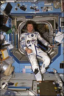 Ce Russe est le cosmonaute ayant vécu le plus longtemps (à l'époque) dans l'espace avec une durée de séjour cumulée de 878 jours. Riche d'une expérience de 5 séjours dans l'espace, il a effectué sa première mission à bord de la station Mir avant d'accomplir 4 missions comme commandant de bord de l'ISS pour les programmes habités de Roskosmos.Quel est le nom du héros de cet exploit ?