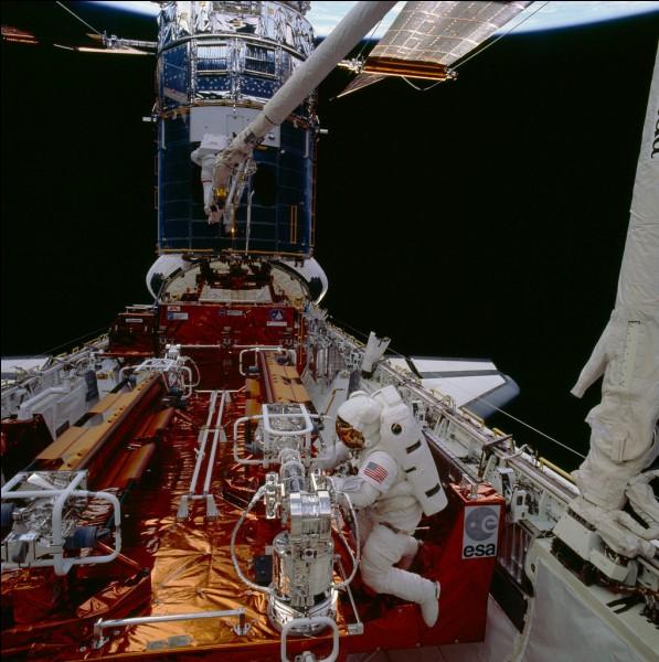 Le sauvetage du télescope spatial Hubble, par la navette Endeavour STS-61, constitue un exploit : il a d'abord fallu récupérer l'engin de 12 tonnes souffrant d'un défaut de fabrication à son miroir principal. Il a été fixé dans les soutes puis, on lui installa un dispositif correcteur. Qui sont les 2 astronautes qui ont fait ces 5 longues (6 à 8 heures fois) et délicates sorties dans l'espace ?
