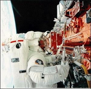Elle est détentrice d'un doctorat en physique de l'Université de Virginie. Pour la Nasa, elle a été pas moins de 975 heures dans l'espace, y compris plus de 21 heures d'activité extra-véhiculaire : ses missions sont STS-33 en 1989 (photo), STS-49 en 1992, STS-61 en 1993, and STS-73 en 1995.Son nom s.v.p.