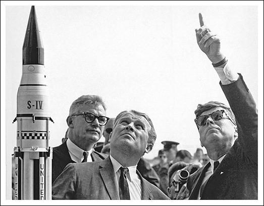 Von Braun, lui a fait personnellement visiter Cap Canaveral de fond en combles : ce Président, qui avait lancé le programme spatial, « We choose to go to the Moon...» , lui aurait demandé : ''Battrons-nous les Russes pour la Lune ?'' avec comme réponse : ''Oui monsieur le Président ... ''.Nommez ce Président qui essaie de reconquérir le prestige américain mis à mal par les succès soviétiques ?