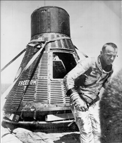 En 1961, il est devenu le premier Américain à voyager dans l'espace, à bord du vaisseau spatial Freedom 7 et, en 1971, il a marché sur la Lune, le cinquième homme à fouler le sol lunaire et le premier à y jouer un peu au golf.Quel est le nom du premier astronaute américain ?