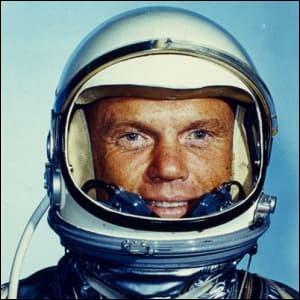 Cet astronaute fut un héros populaire : ''marines'' pendant la Seconde Guerre mondiale et Guerre de Corée, pilote de chasse. Devint ensuite pilote d'essai pour la NASA en 1959 : le premier Américain à effectuer un vol orbital, mission Friendship 7, programme Mercury, 10 mois après Gagarine. Quel est le nom de celui qui fut sénateur démocrate pendant 25 ans et est retourné dans l'espace en 1998 ?