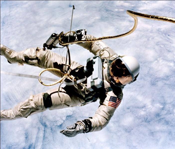 Sur cette photo, il vit son grand moment : il est connu comme le premier Américain à avoir réalisé une sortie extravéhiculaire, hors de Gemini 4, le 3 juin 1965. Tristement, à bord d'Apollo 1, le 27 janvier 1967, un incendie lors d'un test sur le pas de tir, a mis fin à l'existence de 3 astronautes, dont celle de celui dont nous cherchons le nom :