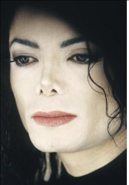 Tu es en plein rendez-vous professionnel quand ton téléphone vibre, tu regardes discrètement et tu vois que c'est un message de Michael : «je me sens terriblement seul, je ne veux pas te déranger mais est-ce que ça serait possible que tu viennes à Neverland ? Bises». Que fais-tu ?