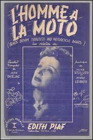 """Complétez les paroles de la chanson """" L'Homme à la moto"""" sorti en 1956 : """" Il portait des culottes, des bottes de motoUn blouson de cuir noir avec un .... sur le dos... """" ?"""