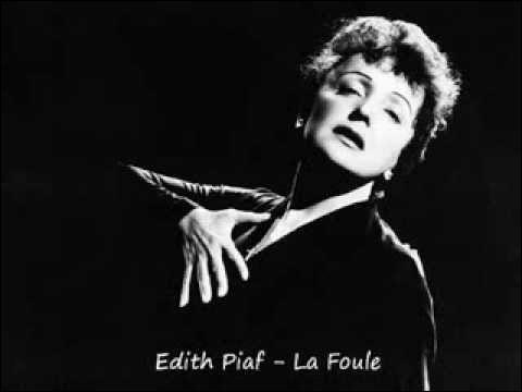 """Complétez les paroles de la chanson """" La Foule """" sortie en 1957 : """" Et perdue parmi ces gens qui me bousculent..... ...... , je reste là"""" ?"""