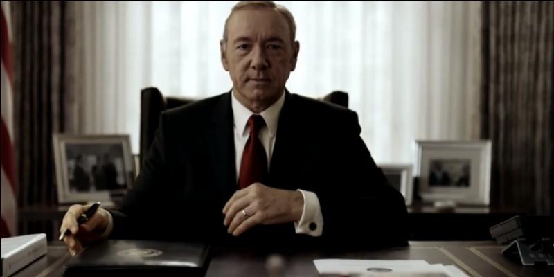 Franck Underwood, pousse à la démission le président qu'il avait contribué à faire élire, et devient président à la fin de la deuxième saison. C'est dans ...