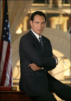 Matt Santos, représentant du Texas puis candidat du Parti démocrate à l'élection présidentielle, devient Président des États-Unis. C'est dans ...