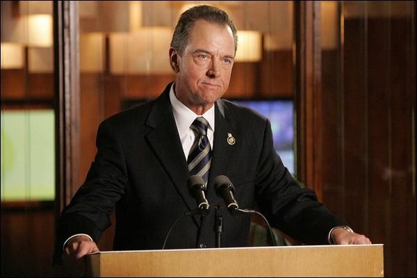 Charles Logan est un président qui se révèle lâche et manipulateur. C'est dans ...