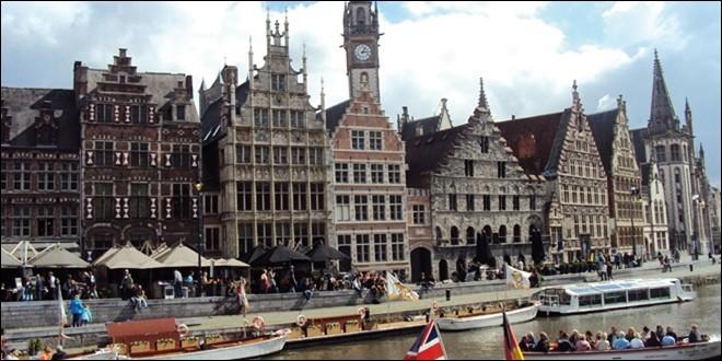 Ville de Belgique, traversée par l'Escaut et la Lys, capitale de l'ancien comté de Flandre :