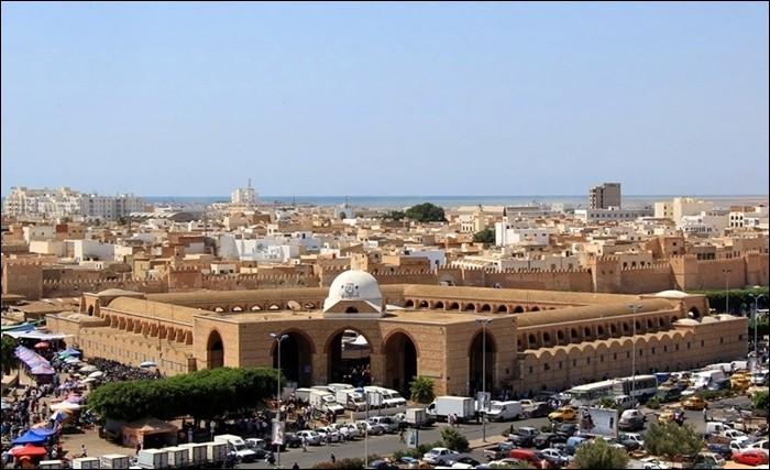 Ville tunisienne, en bordure du golfe de Gabès :