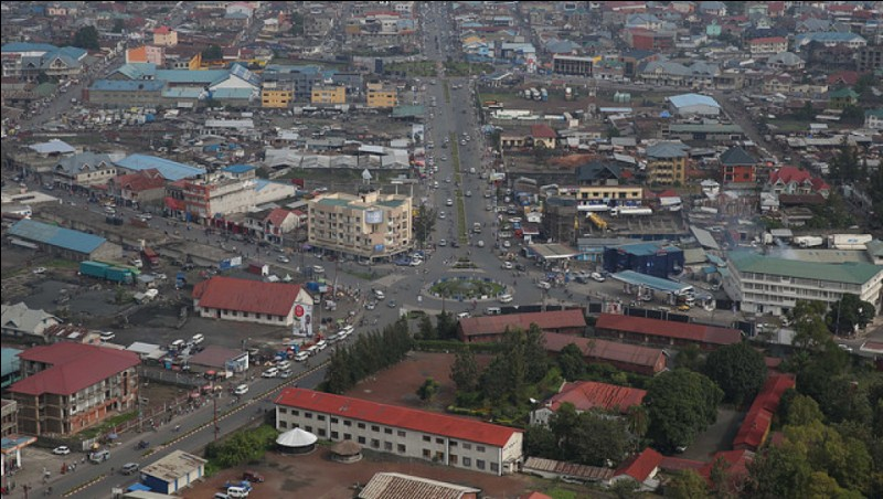 Ville africaine, en bordure du lac Kivu dans l'est de la RDC :