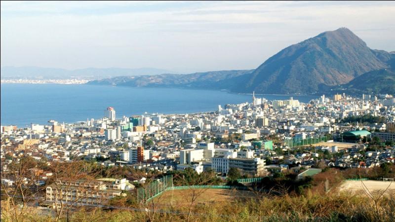 Ville japonaise, l'une des plus importantes de l'île de Kyūshū :