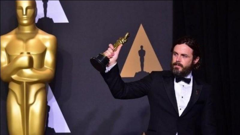 Pourquoi la statuette des Oscars américains porte-t-elle une épée ?