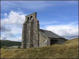 Nous sommes en Auvergne-Rhône-Alpes devant la chapelle Saint-Antoine de Chastel-sur-Murat. Ancienne commune, elle se situe dans le département ...