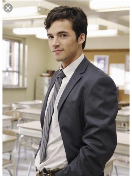 Dans quelle saison Aria découvre-t-elle qu'Ezra l'utilise pour écrire un livre ?