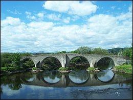 Lors de la bataille du pont Stirling (1297), quelle tactique les Écossais mettent-ils en place pour vaincre l'armée anglaise ?