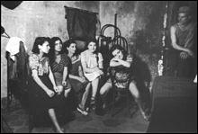 En quelle année, la loi Marthe Richard, loi contre les maisons closes en France et réglementant la prostitution, fut-elle adoptée ?