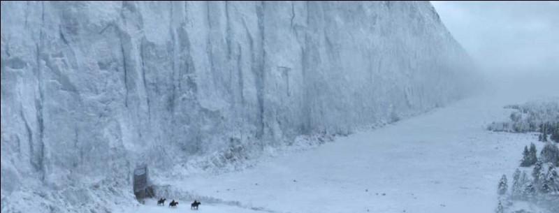 Le Mur s'étend sur une très grande distance et il est gardé par des fortifications. Les trois plus importantes sont, d'ouest en est...
