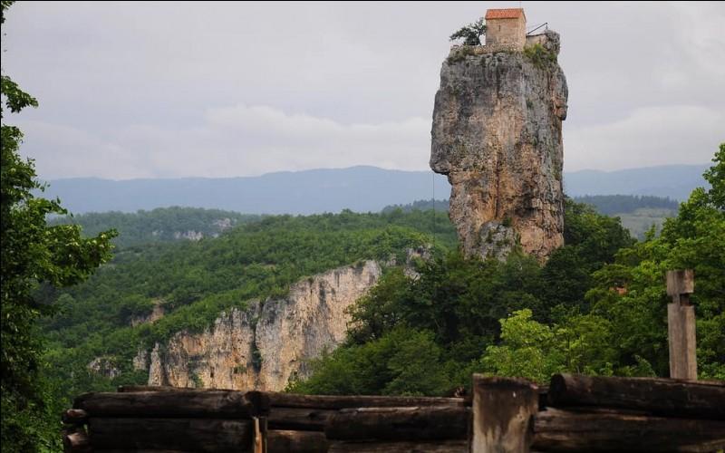 Le «piton de Katskhi» est ce monolithe de calcaire de pas moins de 40 m de haut. Au sommet, un espace d'environ la taille d'un terrain de volley-ball : quelle idée d'y avoir installé une église orthodoxe vieille de plus de 1000 ans et 3 cellules d'ermites, une cave à vin et une courtine. L'endroit est absolument vertigineux, pas très invitant. Dans quel pays est situé cet ermitage haut perché ?