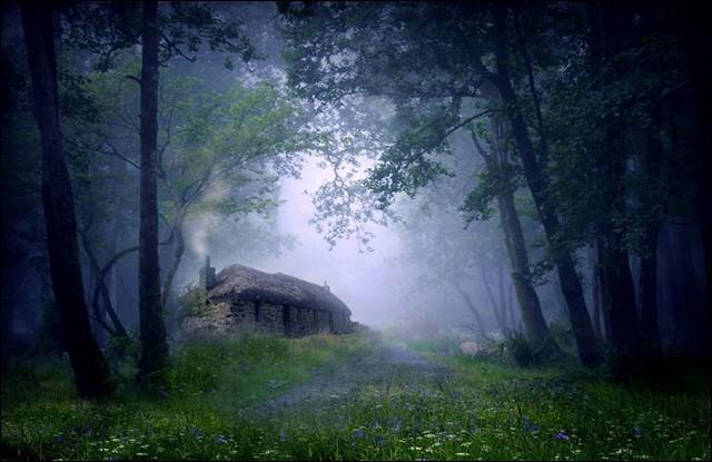 Ce chalet semble sortir tout droit des studios de Disney : la photo est une oeuvre d'Angela Jayne Latham. Sur son site web, elle dit d'elle-même, qu'elle est inspirée par la magie, les légendes et le folklore des îles britanniques. La référence est appelée «Celtic Mystery».Dans quel pays trouve-t-on ce cottage ?
