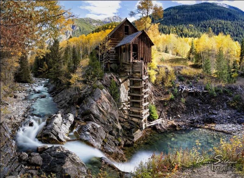 Au bord d'une rivière au Colorado, se trouve Crystal Mill, un moulin en bois installé sur des roches au-dessus de l'eau : une échelle le relie à la rivière. On ne s'y rend qu'à pied, en 4×4 ou encore à cheval : de 1892 à 1917, il a fait office d'alimenter des machines utilisées dans une mine à proximité.Dans quel pays cet endroit est-il préservé ?Merci de ce voyage que nous avons partagé.