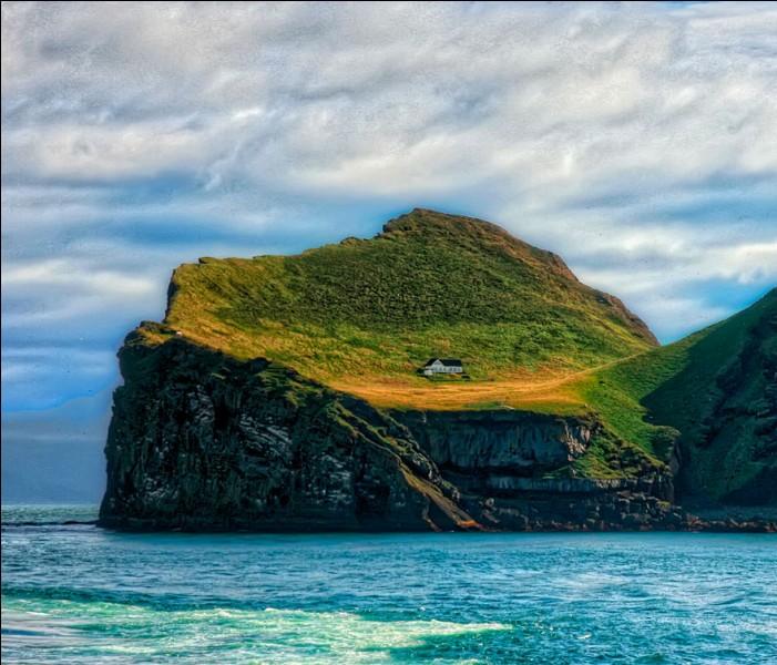 On voit la maison de l'île d'Elliðaey : elle est particulièrement difficile d'accès. Elle n'a pas d'électricité, ni de Wi-Fi : l'eau, pour le sauna et la cuisine, est fournie par la pluie. Cinq familles habitaient l'île durant le 18e siècle, grâce au gibier et à la chasse aux macareux moines : ils sont partis vers 1930 et cette maison d'un club de chasse, date de 1953.Dans quel pays est-on ?