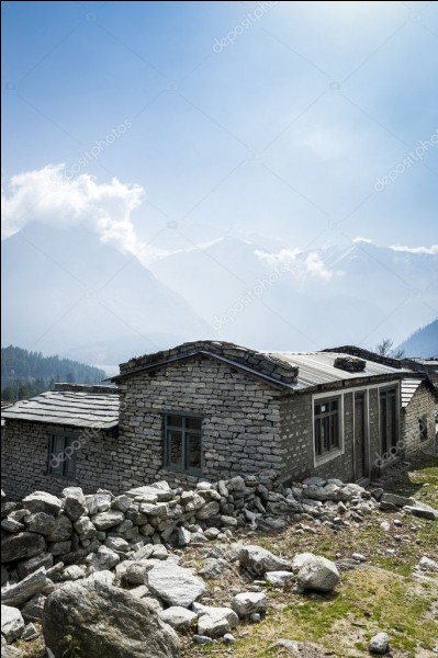C'est la maison de Ghyalbu Tamang : il faut dire qu'il est un guide local très recommandé, dans cette région à la frontière du Tibet. Mais les cicatrices du séisme (tremblement de terre de 2015) ) restent béantes : la maison a été rénovée mais sa femme et lui hébergent des randonneurs pour arriver mais, le tourisme a baissé de 25 % depuis les évènements.Nommez ce pays, entre l'Inde et la Chine :